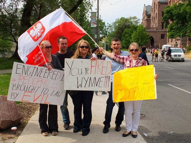 Polacy z Kanady protestujłcy przeciwko programowi edukajci seksualnej poprzedniego rządu Ontario